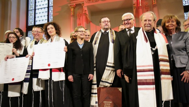 We wtorek, 2 września, w Synagodze pod Białym Bocianem odbyła się uroczystaordynacjaczterech rabinów i trzech kantorów Kolegium im. Abrahama Geigera w Berlinie. Minister Spraw Zagranicznych Niemiec Frank-Walter Steinmeier, obecny na […]